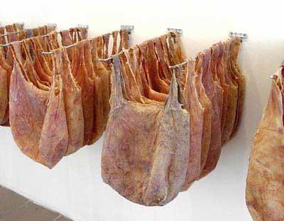 На самом деле всё сделано из особого синтетического материала - SkinBag, реалистично иммитирующего кожу...
